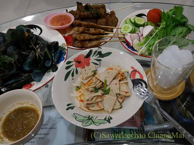 チェンマイ郊外で開催れる定期市で購入した夕食全景
