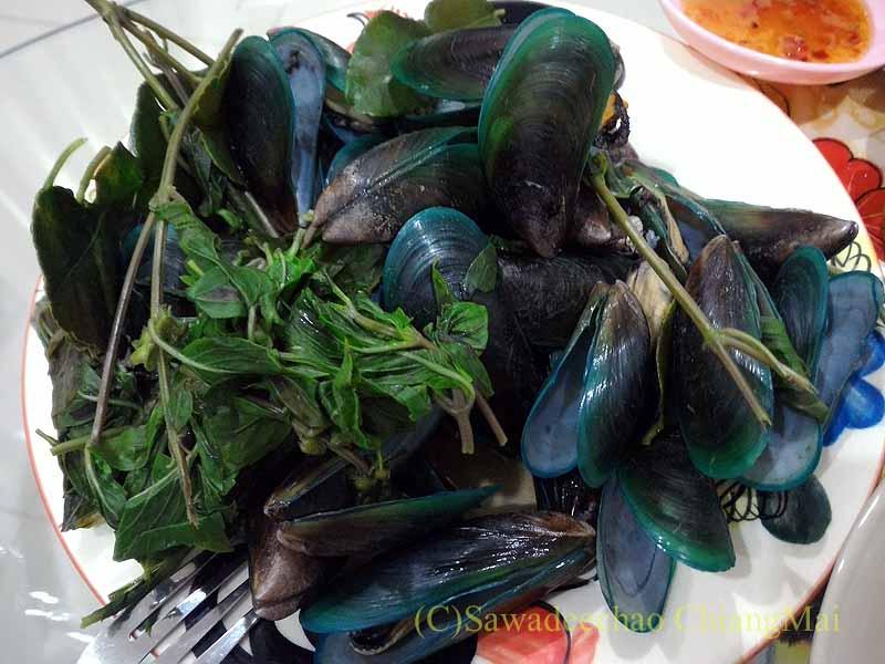 チェンマイ郊外で開催れる定期市で購入したムール貝のミント蒸し