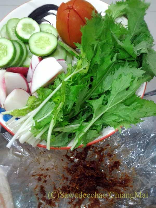 チェンマイ郊外で開催れる定期市で購入した生野菜と唐辛子味噌