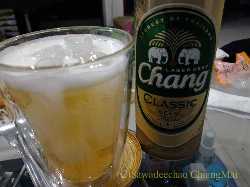 チェンマイ郊外で開催れる定期市で購入したビール