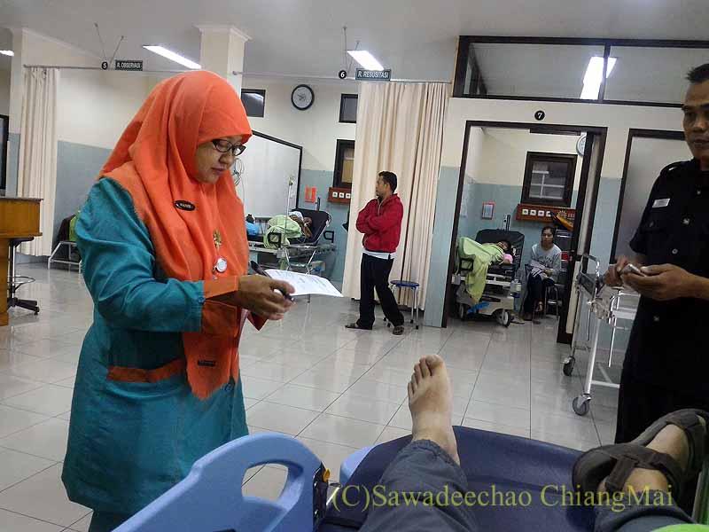 インドネシアのソロの病院のエマージェンシールームでの問診
