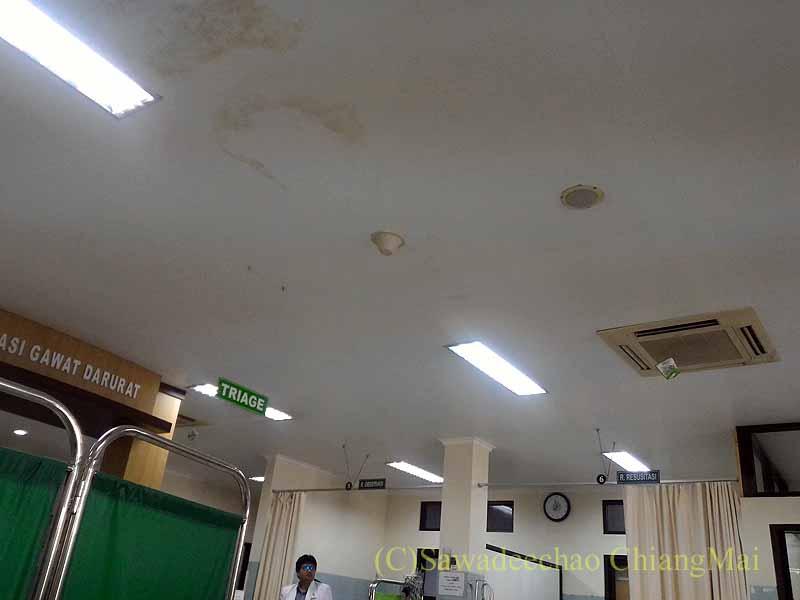インドネシアのソロの病院のエマージェンシールームの天井