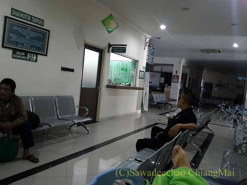 インドネシアのソロの病院の待合廊下