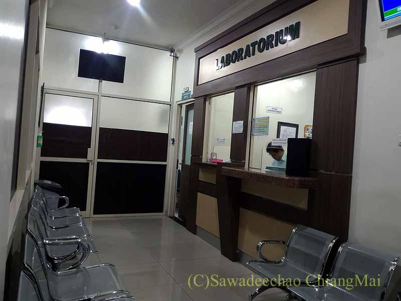 インドネシアのソロの病院の検査室受付