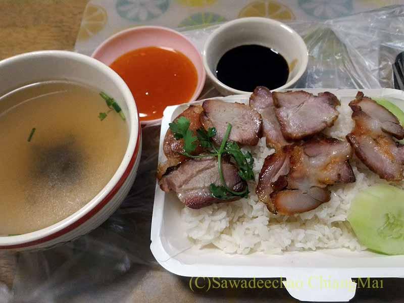 チェンマイの小食堂ムーデーンホーンテのお持ち帰りの焼き豚ご飯の盛り付け
