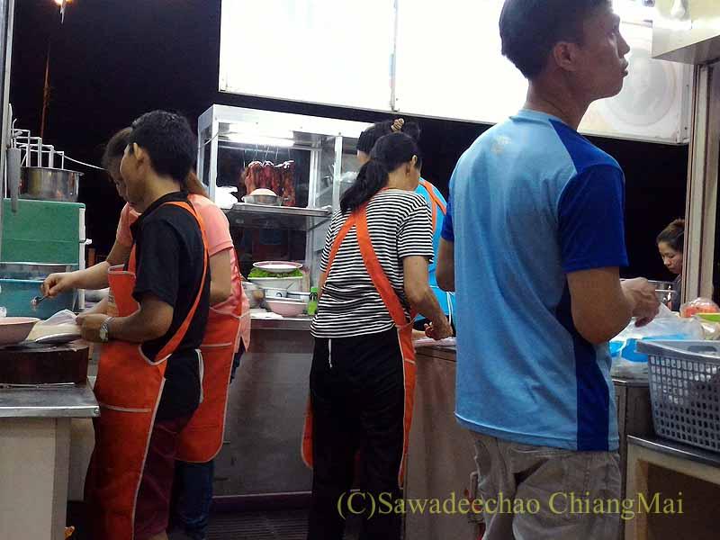 チェンマイの焼き豚が名物の麺食堂ムーデーンホーンテのキッチン