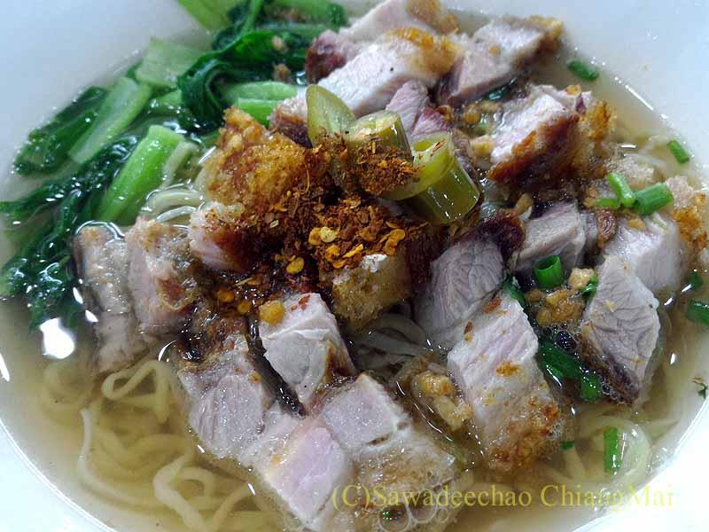 チェンマイの小食堂ムーデーンホーンテの豚バラ肉のカリカリ揚げのせ中華麺