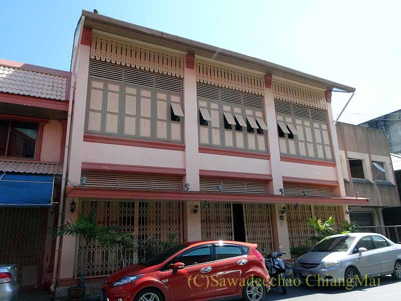 タイのソンクラーの中国人の古い家が並ぶシンゴラ旧市街のピンクの建築物