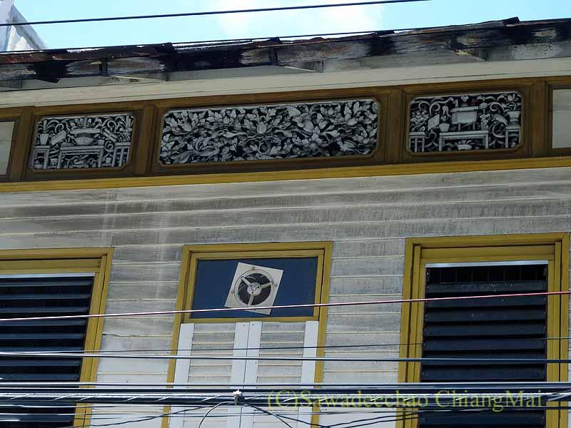 タイのソンクラーの中国人の古い家が並ぶシンゴラ旧市街の壁の彫刻