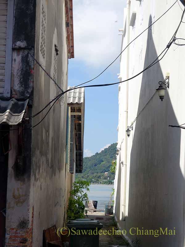 タイのソンクラーの中国人の古い家が並ぶナコンノーク通りから見える海
