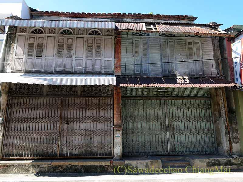 タイのソンクラーの中国人の古い家が並ぶシンゴラ旧市街の白いホンテウ