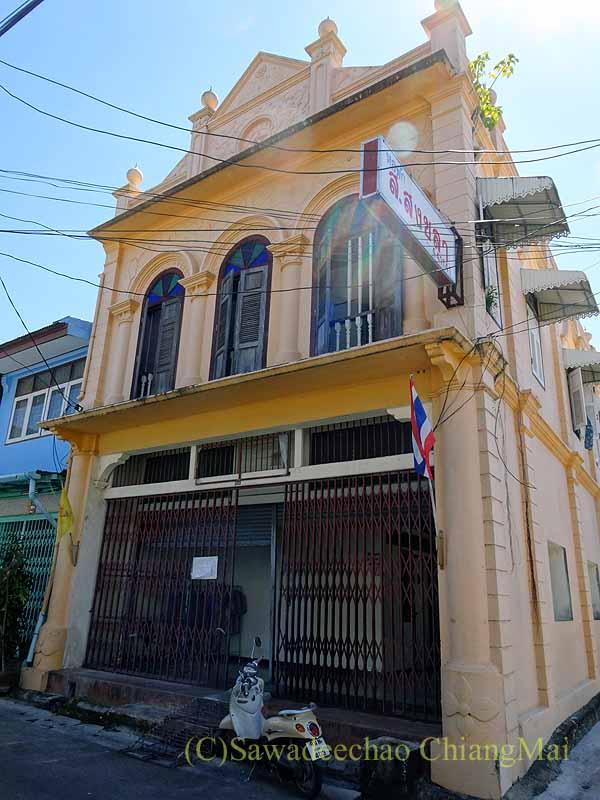 タイのソンクラーの中国人の古い家が並ぶシンゴラ旧市街のベージュの建築物