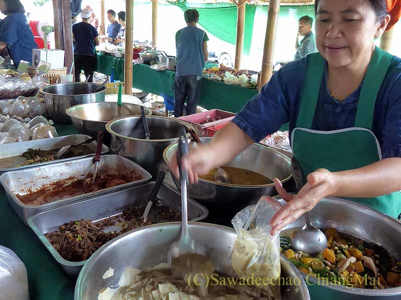 チェンマイのJJマーケット日曜安全食品市の北タイ料理屋