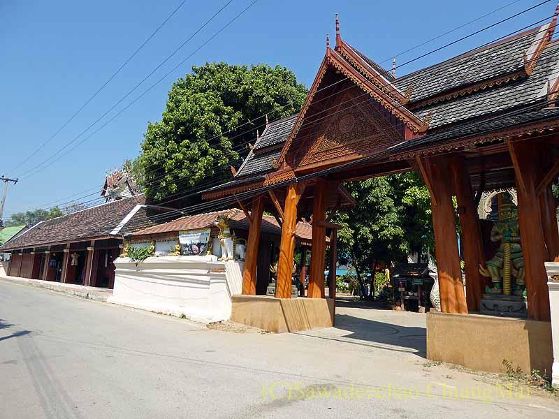 ラムプーンあるタイヨーン族寺院ワットトンケーオの入口