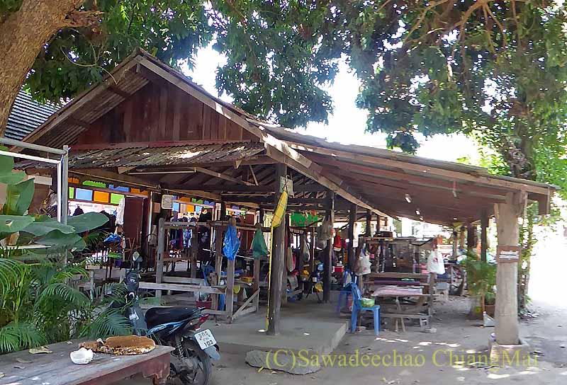 ラムプーンあるタイヨーン族寺院ワットトンケーオの機織り機の建物