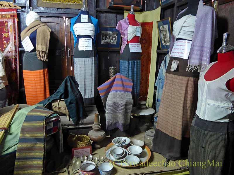 ラムプーンあるタイヨーン族寺院ワットトンケーオの博物館の民族衣装と食器