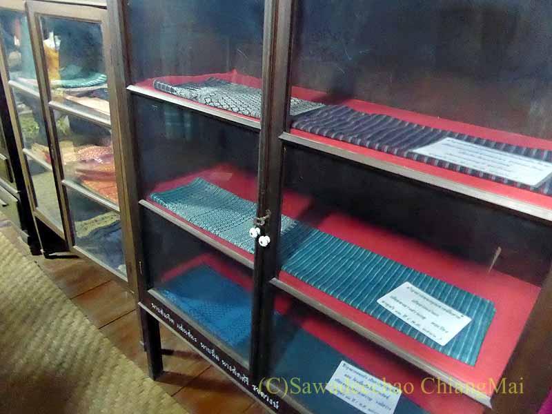 ラムプーンあるタイヨーン族寺院ワットトンケーオの博物館の布ケース