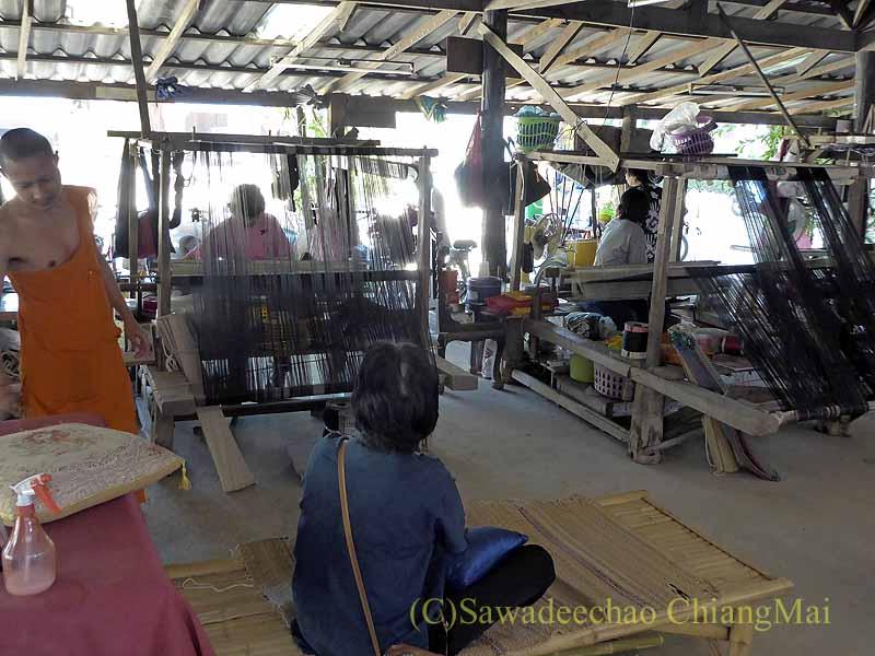 ラムプーンあるタイヨーン族寺院ワットトンケーオで機織りする女性たち