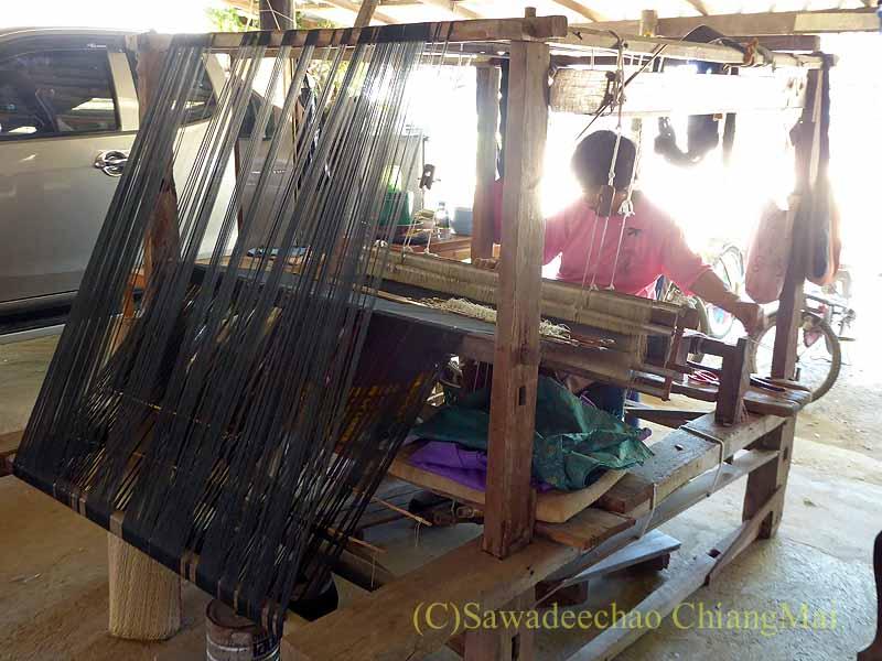 ラムプーンあるタイヨーン族寺院ワットトンケーオの機織りの様子