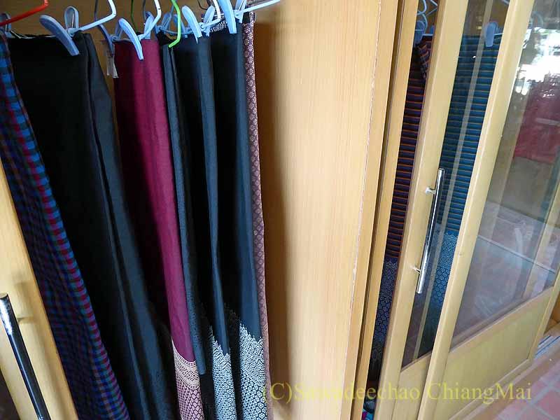 ラムプーンあるタイヨーン族寺院ワットトンケーオの布製品ショップの布地
