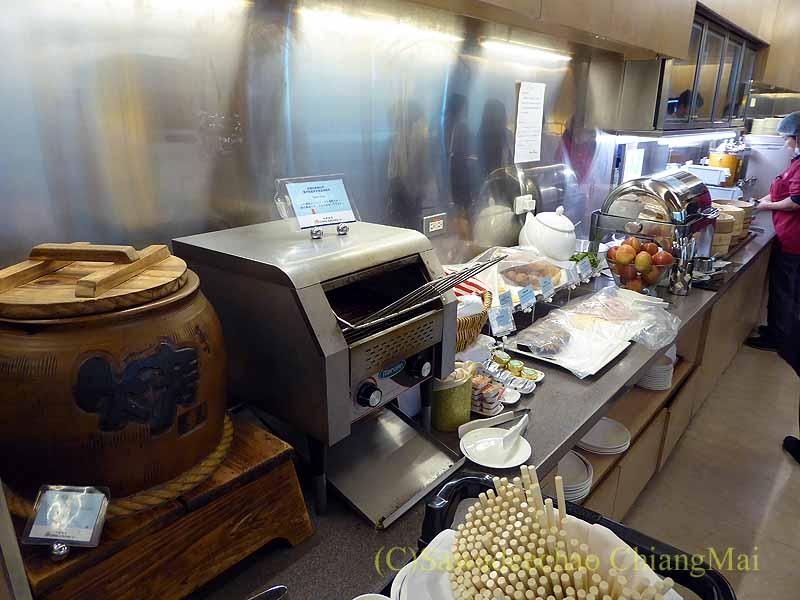 桃園空港にあるチャイナエアラインラウンジの食べ物のコーナー