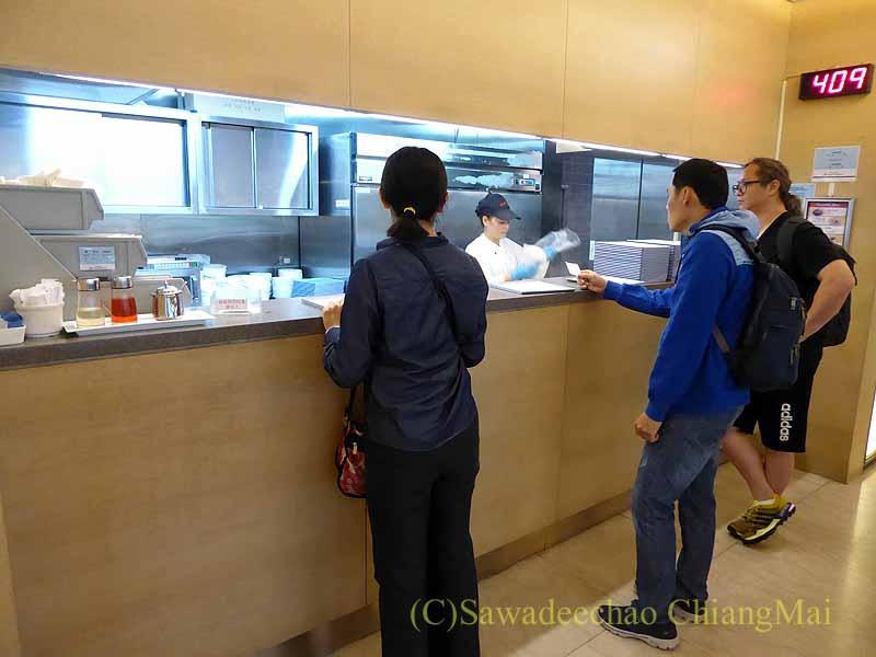 桃園空港にあるチャイナエアラインラウンジのヌードルカウンター