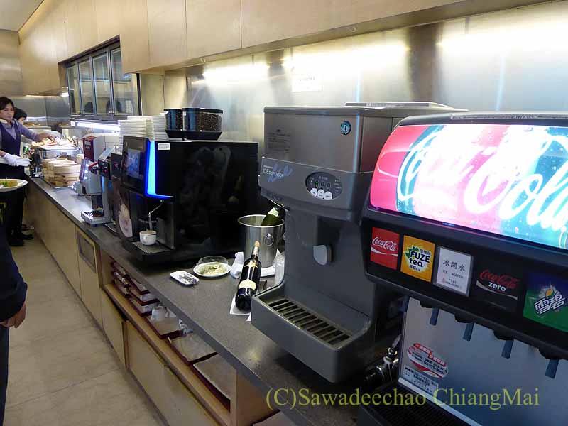 桃園空港にあるチャイナエアラインラウンジの飲み物のコーナー