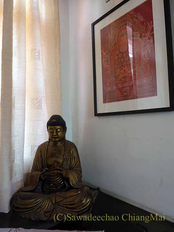 ネパールのパタンにある友人の家のダイニングルームの仏像