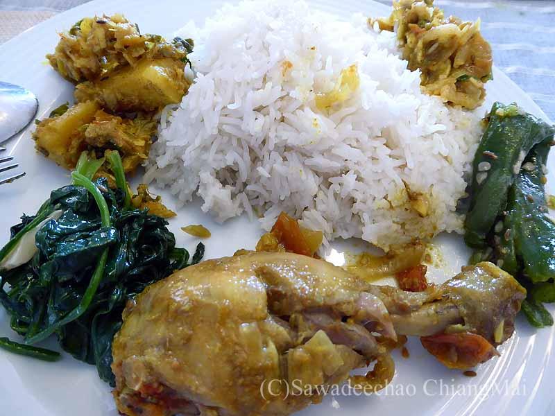 ネパールのパタンにある一般家庭の皿に盛ったダルバート
