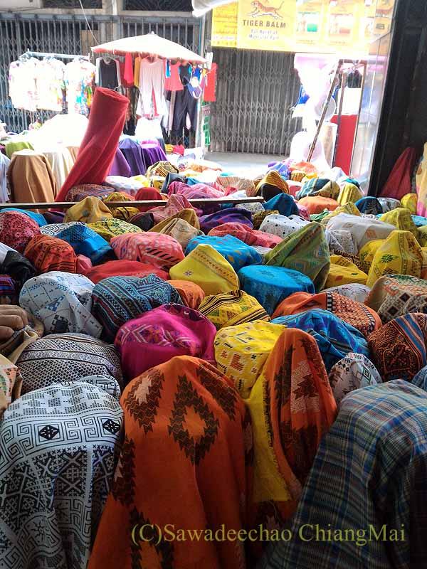 チェンマイのワローロット市場の布地屋の店頭