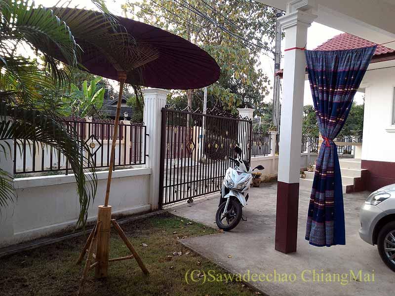チェンマイの自宅ガレージの日よけ布とバイクの日よけ傘
