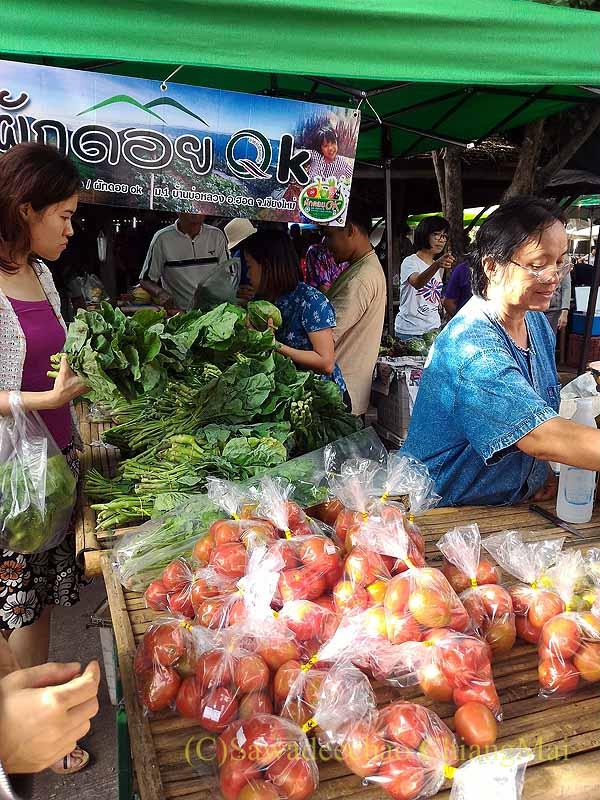 チェンマイのJJマーケット日曜安全食品市の八百屋