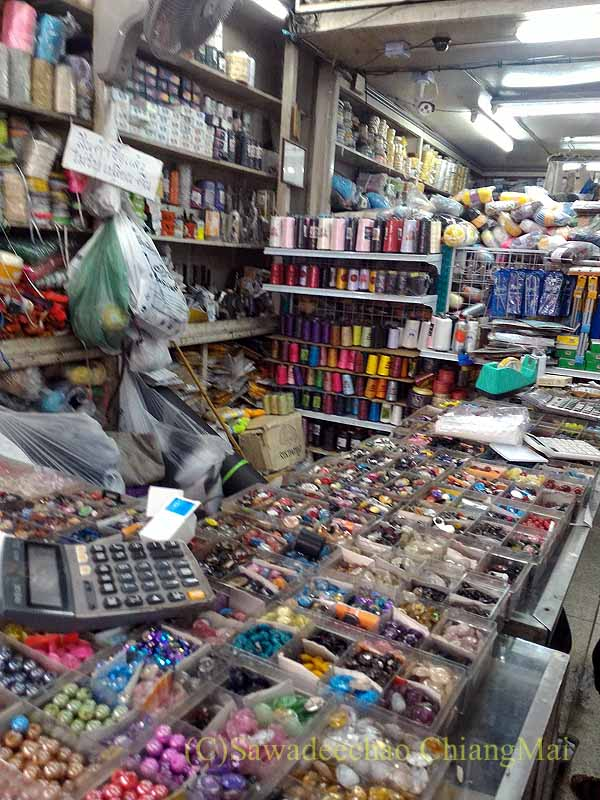 チェンマイのワローロット市場の布地屋のボタン売り場
