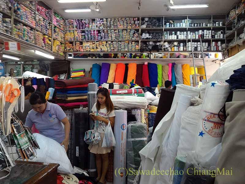 チェンマイのワローロット市場の布地屋の毛糸売り場