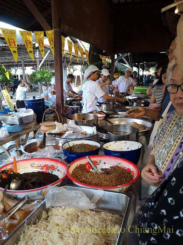 チェンマイのJJマーケット日曜安全食品市のおかず屋