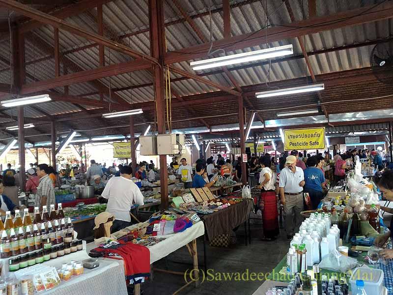 チェンマイのJJマーケット日曜安全食品市の大きな東屋