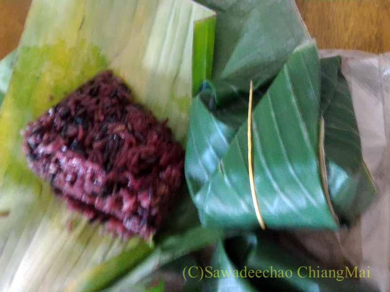 チェンマイのJJマーケット日曜安全食品市で買った黒もち米