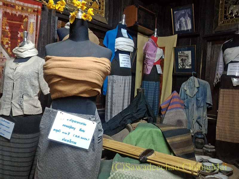 ラムプーンあるタイヨーン族寺院ワットトンケーオの博物館の民族衣装と布地