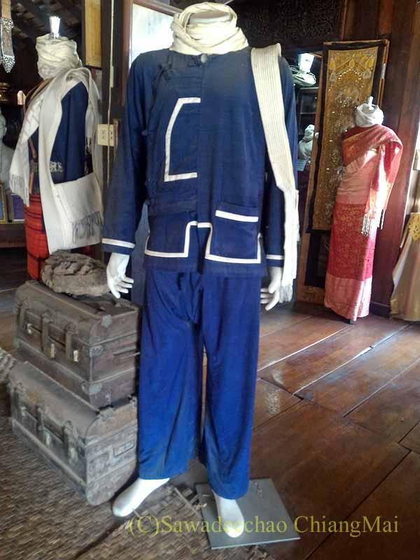 ラムプーンあるタイヨーン族寺院ワットトンケーオの博物館の民族衣装とカバン