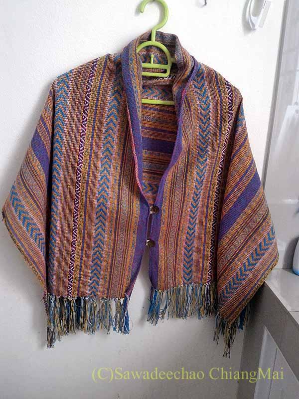 ラムプーンあるタイヨーン族寺院ワットトンケーオの布製品ショップのポンチョ