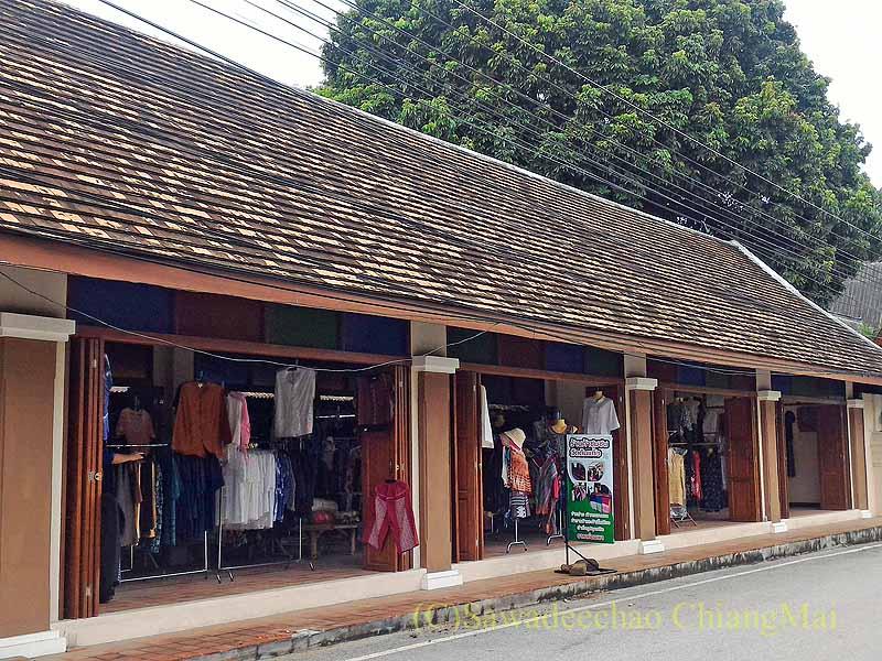 ラムプーンあるタイヨーン族寺院ワットトンケーオの布製品ショップ外観