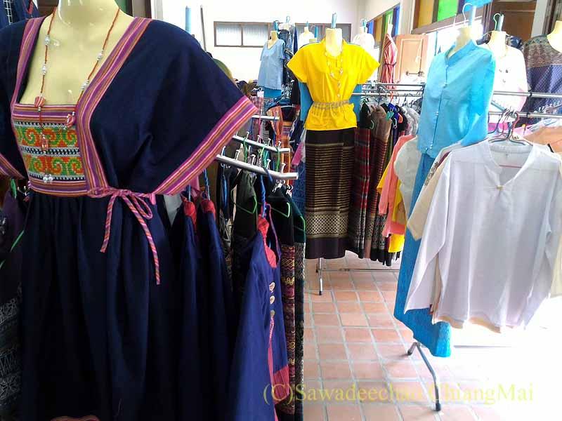 ラムプーンあるタイヨーン族寺院ワットトンケーオの布製品ショップの洋服類