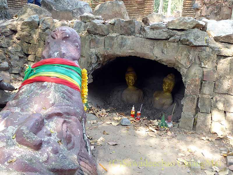 タイ北部のピチットにある民話グライトーンのワニと洞窟