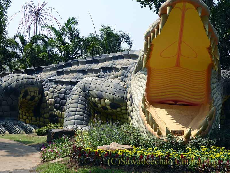タイ北部のピチットの公園にある巨大ワニの像の口