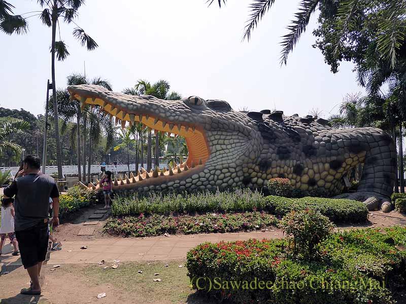 タイ北部のピチットの公園にある巨大ワニの像