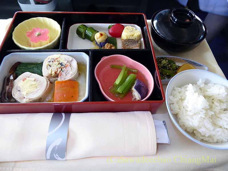 中華航空CI106便ビジネスクラスで出た機内食全景