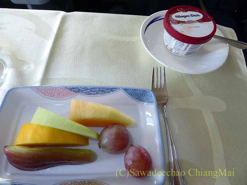 中華航空CI106便ビジネスクラスで出た機内食のフルーツとスイーツ