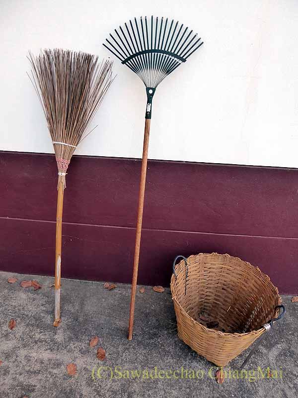 チェンマイの自宅の落ち葉を拾うための道具