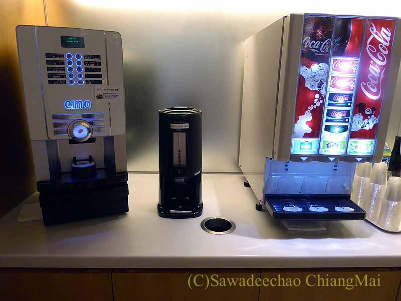 成田空港の中華航空ラウンジのコーヒーとジュースマシン