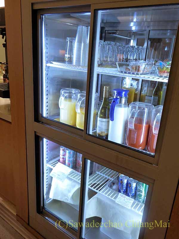成田空港の中華航空ラウンジの冷蔵ケース